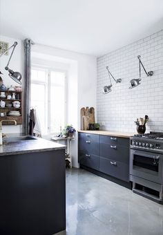 no upper cabinets Kitchens Without Upper Cabinets, Lovely Apartments, Kitchen Dinning, Diy Kitchen, Kitchen Ideas, Kitchen Decor Themes, Kitchen Cabinet Colors, Cuisines Design, Modern Kitchen Design