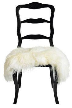 Tanskalaisen Nordalin valkoinen lampaantalja on juuri sopivasti istuimen kokoinen. Löytyy myös mustana ja ruskeana.