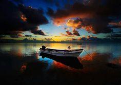 A vida segue seu rítmo e seu caminho Alvorada para uma nova vida Nada mais promissor que o nascer do sol e a correnteza de um rio, signficam futuro pois é algo sempre novo que se renova, já o barco ancorado significa segurança e estabilidade.