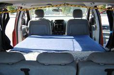 Para evitar comprar un vehículo más grande y de mayor costo, se puede convertir una minivan en un auto caravana personal para campamentos. Esta conversión es perfecta para aquellos que cuentan con una familia pequeña o quienes disfrutan de un campamento durante su tiempo libre.