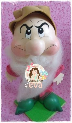 Peças produzidas para uma cliente especial, Erika Portugal, da Cais Design.     Nunca tinha feito esses personagens e fazê-los foi uma gr... Snow White Movie, Snow White Doll, Foam Crafts, Diy Crafts, Princess Crafts, Christmas Decorations, Christmas Ornaments, Movie Props, Bottle Painting