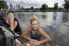Ab in den Fluss: Deutschlands neuer Tennis-Star Angelique Kerber hat am Morgen nach ihrem völlig überraschenden Triumph bei den Australian Open eine Wette eingelöst und ist in den Yarra River von Melbourne gesprungen.