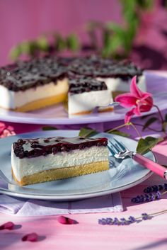 Schmandtorte mit Waldbeeren Preheat the oven to 175 ° C top and bottom heat. Cake Borders, Chocolate Pastry, Dinner Rolls Recipe, Pumpkin Dessert, Cream Cake, Cheesecake Recipes, Sour Cream, Food To Make, Food And Drink