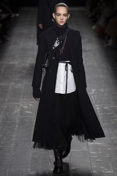 The complete Valentino Fall 2016 Ready-to-Wear fashion show now on Vogue Runway. Fashion Week, Runway Fashion, Fashion Show, Fashion Trends, Paris Fashion, Vogue Fashion, Winter Mode, White Fashion, Fall 2016