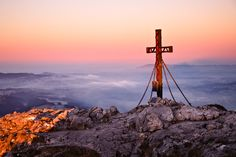 Das Gipfelkreuz des Schobers im Morgenlicht, nahe Fuschl am See in der Fuschlseeregion. Wer im Salzburger Land früh aufsteht, wird dafür reichlich belohnt. Cn Tower, Austria, Wind Turbine, Building, Travel, Seen, Instagram, Mountain, Baby