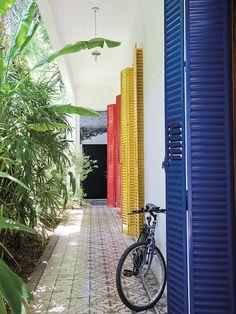 Galería de casa colorida con puertas en tonos primarios, en la casa de los artistas Pat Andrea y Cristina Ruiz Guiñazú. Foto: Daniel Karp