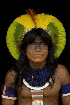 Kayapo warrior ~ The Kayapo tribe lives alongside the Xingu River in the eastern… We Are The World, People Around The World, Around The Worlds, Beautiful World, Beautiful People, Arte Plumaria, Brazil People, Xingu, Foto Portrait