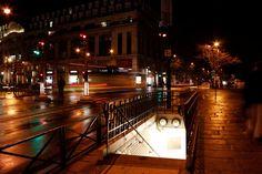 """Parigi merita sempre una visita, soprattutto durante il periodo natalizio quando gli Champs Elysees sono decorati con numerose file di luci, momento in cui la capitale francese offre uno spettacolo indimenticabile.  Siete a Parigi, dove si sente tantissimo l'atmosfera del Capodanno, e potrete anche dirlo ad alta voce con il tipico """"Böllerei"""" (festone) della vigilia del nuovo anno! Fatta eccezione però per il grande spettacolo pirotecnico del 31 dicembre, che prontamente si accende a…"""