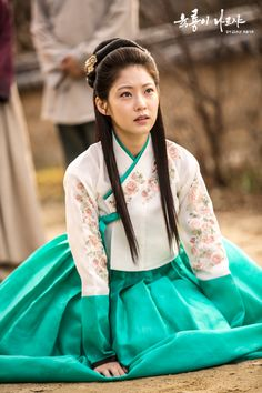 Gong Seung Yeon as Lady Min Da Kyung / Six Flying Dragons Korean Hanbok, Korean Dress, Korean Outfits, Gong Seung Yeon, Korean Traditional Clothes, Traditional Dresses, Oriental Dress, Yoo Ah In, Beautiful Costumes