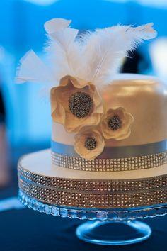 Jolie idée de déco pour un gâteau de mariage thème Gatsby ou années 20. Pas de thème années folles sans plumes sur le gâteau!