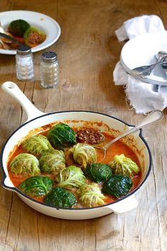 Stuffed Cabbage, a South African favourite also known as Oumens onder komberse, gets a healthy update with the addition of freekeh. It& simply delicious Vegetarian Italian, Vegetarian Recipes, Curry Recipes, Chicken And Leek Casserole, Great Recipes, Dinner Recipes, Malay Food, South African Recipes, International Recipes