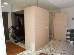Badezimmer in einer Box Box, Divider, Closet, Furniture, Home Decor, Carpentry, Full Bath, Bathing, Snare Drum
