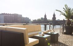 Eine exklusive Event Location für Eure Hochzeit ist die Capitol Yard Golf Lounge in Berlin. Durch die direkte Lage an der Spree hat man von der großen Sonnenterasse aus einen traumhaften Blick auf die bekannte Oberbaumbrücke.