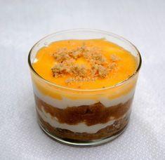 Crema de nata y merengue con galletas y yema pastelera