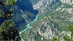 La Provenza è una regione con suggestivi panorami, scorci mozzafiato, caratteristici villaggi, campi colorati e profonde gole come quelle del Verdon.
