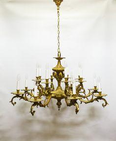 """€ 1.295,00 - Hele grote oude hanglamp uit de jaren 40. Een goudkleurige kroonluchter, met 8 armen en twee """"verdiepingen"""" van elektrische kaars-lampjes."""