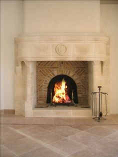 Belle cheminée en pierre à foyer ouvert, créée par Atry'Home sur la côte d'Azur. Nice traditional fireplace, created by Atry'Home on the French Riviera. http://www.atryhome.com/cheminees-poeles-06-atryhome.php