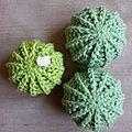 Vu le nombre de cactus que j'ai crocheté, je peux vous donner ma façon de faire de mémoire. Avec de la laine acrylique et un crochet n°3...