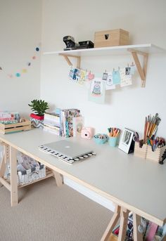 Длинный стол для рабочего места - простое решение.