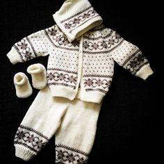 Discover thousands of images about Hentesett med inspirasjon fra Dale hefte nr 164 BEZ NÁVODU Baby Boy Knitting Patterns, Baby Sweater Patterns, Knitting For Kids, Baby Patterns, Free Knitting, Toddler Cardigan, Baby Cardigan, Baby Barn, Baby Overalls