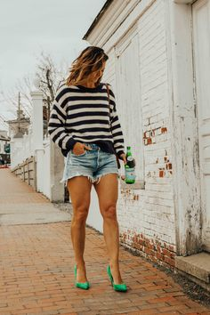 Denim shorts - summer outfit ideas - summer fashion for women - green heels Short Outfits, Spring Outfits, Cool Outfits, Heels Outfits, Fashion Outfits, Womens Fashion, Fashion Ideas, Fashion Inspiration, Fashion Group