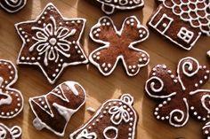 Vánoční perníčky, které jsou hned měkké ozdobené polevou z bílků. Recept na polevu z bílků. Návod na zdobení vánočních perníčků. Skvělé vánoční cukroví. Cosy Christmas, Christmas Sweets, Christmas Candy, Christmas Baking, Christmas Cookies, Christmas Decorations, Winter Activities For Kids, Biscotti, Cookie Decorating