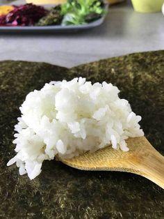 Locker, zarter Sushi-Reis auf einem Blatt Nori.