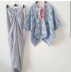 Baju batik Kaftan Batik, Batik Kebaya, Blouse Batik, Batik Dress, Batik Fashion, Hijab Fashion, Fashion Outfits, Womens Fashion, Emo Outfits