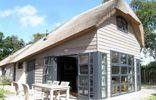 """De Oase, ein gemütliches reetgedecktes """"Gulfhaus"""" in einer ruhigen, natürlichen Umgebung mit viel Freiraum."""