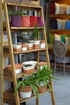 MARABIERTO - biblioteca Escalera - variedad de macetas y cestos de lona en distintos tamaños y colores.