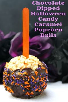 These Chocolate Dipped Candy Caramel Popcorn Balls are a family favorites that are so easy to make, even the kids can help! This Easy Chocolate Dipped Halloween Popcorn Balls Recipe is a family favorite that are so easy to make, even the kids can help! Halloween Popcorn Balls Recipe, Halloween Food For Party, Halloween Desserts, Halloween Treats, Halloween Chocolate, Halloween Candy Apples, Happy Halloween, Homemade Popcorn, Popcorn Recipes