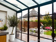Met een stalen serre creëer je eenvoudig meer vierkante meters in je huis. Een waardevermeerdering van je woning dus! Twijfel je door te weinig ruimte om te gaan verhuizen? Dat is niet altijd nodig. Door de glazen serre komt er ook nog eens veel meer licht in je huis. Dubbel winst dus. #verbouwen #aanbouwen #stalenserre #simplysteel