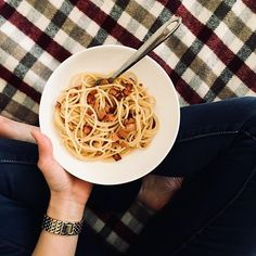 Pasta for one, is always best served on the lounge. Today on the blog I'm sharing a recipe for an indulgent solo supper that's perfect for cool nights. Link in bio. . . . #mealsforone #solosupper #cookingforone #pasta #midweekdinner #quickmeals #easyrecipes #nigellalawson #howtoeat #homecooking #homecookedmeal #carbonara #girlswhoeat #seekthesimplicity #smalljoys #quietmoments #momentsofmine #simplepleasures #liveslowly #slowdowncollective #gowildlyandslow #wattleandash #everydaymoments…
