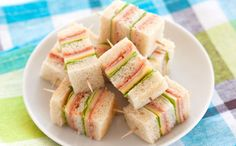 Mini Club Sandwiches - Elle à Table Recipes - Mini Club Sandwich Recipe: To make your mini club sandwiches: 1 / Start by washing your salad leave - Mini Sandwiches, Appetizer Sandwiches, Sandwich Buffet, Sandwich Recipes, Club Sandwich Ingredients, Brunch Buffet, Snacks Für Party, High Tea, Clean Eating Snacks