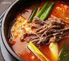 CJ Bibigo Korean beef market soup Korean Beef Soup, Thai Red Curry, Ramen, Meat, Ethnic Recipes, Food, Essen, Meals, Yemek