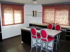 DecorCentral | Mobiliario y decoración - Elegancia y sobriedad en vivienda unifamiliar #cocina #estores