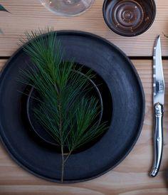 Få en fin og grøn borddækning med pynt som grene, blomster og kogler. Det er både nemt og billigt!