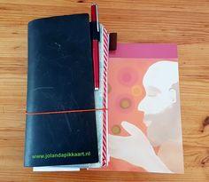 Ik kan niet zonder mooie schrijfboekjes, pennen en ander papier. Zo varieer ik erop los. En als dé kleurrijke schrijfcoach, kies ik natuurlijk voor kleur in mijn schrijfspullen. Laat je inspireren. Ik deel hier mijn favoriete producten en schrijfwebshops.