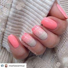 On my nails is @baronessx_polish ✨Malibu Mango✨ stamped with @bundlemonster XL plate and @mundodeunas