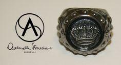 Anello in argento brunito massiccio con medaglia centrale.