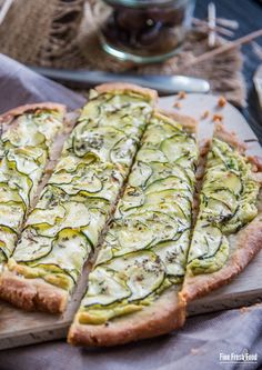 Buckwheat tart with zucchini and feta and avocado dressing (German)