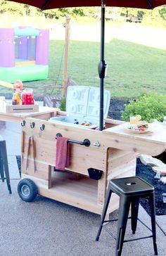 Top decks slide out to fit a cooler and ice bucket, storage underneath, a drawer that doubles as a serving tray, and a kiddie table too. Diy Outdoor Bar, Outdoor Kitchen Design, Outdoor Cooler, Diy Patio, Diy Außenbar, Easy Diy, Party Deco, Party Stations, Wood Projects