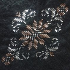 This Pin was discovered by Bir Weaving Patterns, Quilt Patterns, Knitting Patterns, Beaded Embroidery, Hand Embroidery, Embroidery Designs, Beaded Cross, Bargello, Textile Design