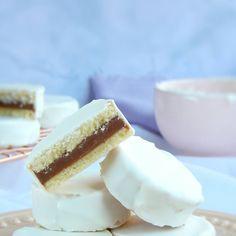 Alfajores de vainilla y dulce de leche Vanilla Cake, Oreo, Cheesecake, Cupcakes, Desserts, Recipes, Food, Vanilla, Breakfast