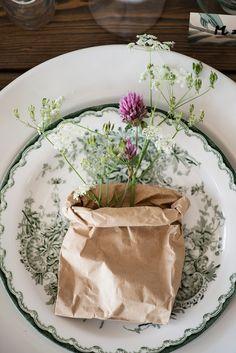 Få till en mysig känsla genom att blanda gammalt med nytt - och lite blomster såklart! //Skanska Nya Hem Swedish Traditions, The Swede, Vintage Plates, Dish Sets, Mets, Deco Table, Scandinavian Home, Decoration Table, Tablescapes