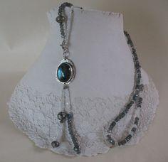 Heidi Janssen. Collier serie moonlight rapsody. collier van gefacetteerde labradoriet en aquamarijn in combinatie met zilveren bolletjes en een hanger van labradoriet gezet in zilver. Je kunt varieren door de hanger links- of rechts wat hoger te dragen.