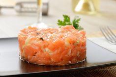 Necesitamos   1 + 1 cucharadita de pimienta roja para decorar  2 + 2 ramitas de eneldo fresco, sólo las hojas  300 gramos de salmón, fres...