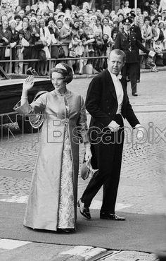 Oslo 19680829: Kongelig norsk bryllup. Kronprins Harald gifter seg med Sonja Haraldsen i Oslo Domkirke. Her prinsesse Astrid som vinker til folket og mannen Johan Martin Ferner på vei inn i kirken. Foto: Aktuell / Scanpix