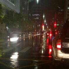 雨天又連續假期,在內湖科學園區的車陣塞車中.