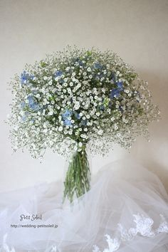 『かすみ草とブルーの小花ブーケ』